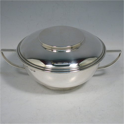 A Sterling Silver porringer and lid, having a plain round bellied body, with two scroll side handles, a pull-off cover, and all sitting on a collet foot. Made by George Unite of Birmingham in 1916. The dimensions of this fine hand-made silver porringer and lid are height 7 cms (2.75 inches), spread across arms 16.5 cms (6.5 inches), and it weighs approx. 218g (7 troy ounces).