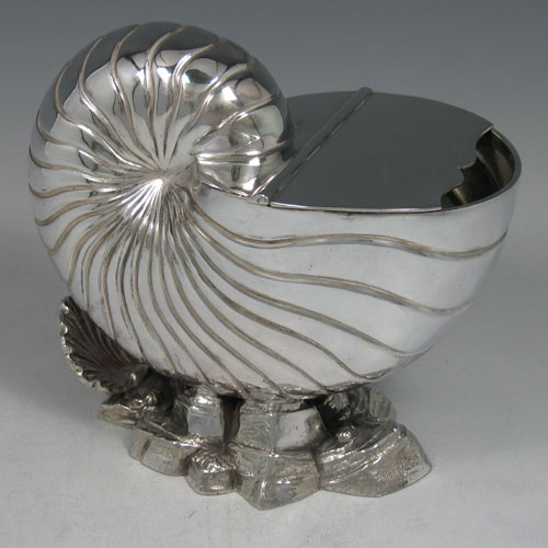 Antique Victorian silver plated 'nautilus' spoon warmer made by the Fenton Brothers in ca. 1880. Length 16 cms.