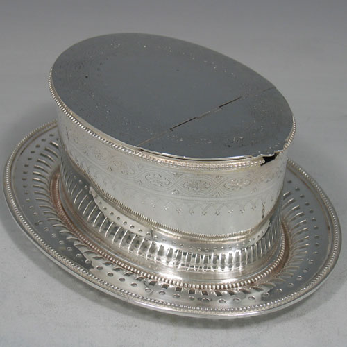 Antique Victorian silver plated oval box style spoon warmer made by Elkington & Co. in ca. 1880. Length 18 cms.