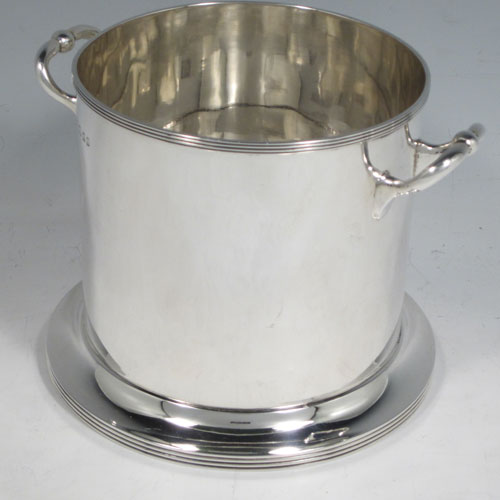 Sterling silver syphon stand, having a plain round body with straight sides, two scroll side-handles, applied reeded borders, and sitting on a collet foot. Made by Robert Pringle of London in 1926. The dimensions of this fine hand-made silver siphon stand are diameter 14 cms (5.5 inches), height 11 cms (4.3 inches), and it weighs approx. 334g (10.8 troy ounces).
