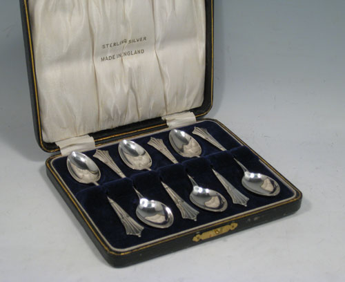 Antique Victotian sterling silver set of six Scottish teaspoons in the Albany pattern, having plain oval bowls, and handles with double-struck Albany pattern, all in original satin and velvet-lined presentation box. Made in Birmingham in 1895. The dimensions of this fine hand-made set of teaspoons are length of each spoon 11 cms (4.25 inches), and the total weight is approx. 73g (2.4 troy ounce).